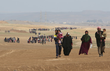 Iraqi displaced people flee their homes as Iraqi forces battle with Islamic State militants, in village of Badush northwest of Mosul