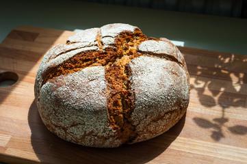 Fototapeta Chleb domowy na drewnianej desce obraz