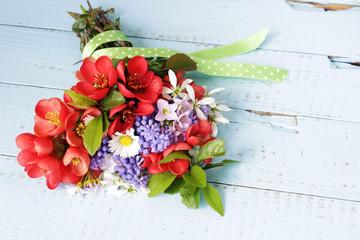 Grußkarte, Frühlingsblumen bunt gemischt auf blauem Holz, Blumenstrauß