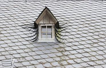 Altes Holzdachfenster im Schieferdach
