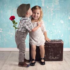 Liebe - zwei kleine Kinder im retro style