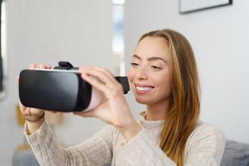 frau zieht eine virtual reality brille an