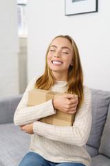 lachende frau freut sich über ein paket