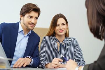 ehepaar in einem beratungsgespräch bei einer versicherung