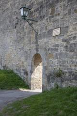 Rothenburg - Mittelalterliche Mauer mit Durchgang und Laterne