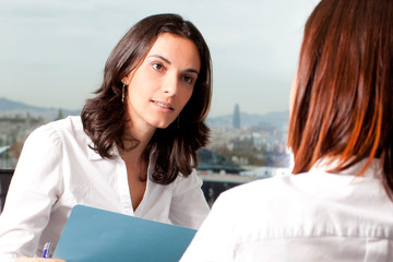 Bewerbungsgespräch mit zwei Frauen