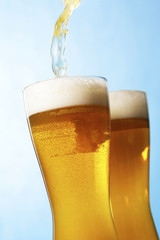 Fototapete - ビール Pouring beer into glass