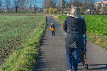 Oma und Enkel gehen spazieren