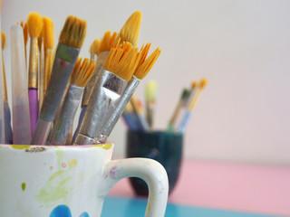 Farbige Pinsel in der Wassertasse, Malerei