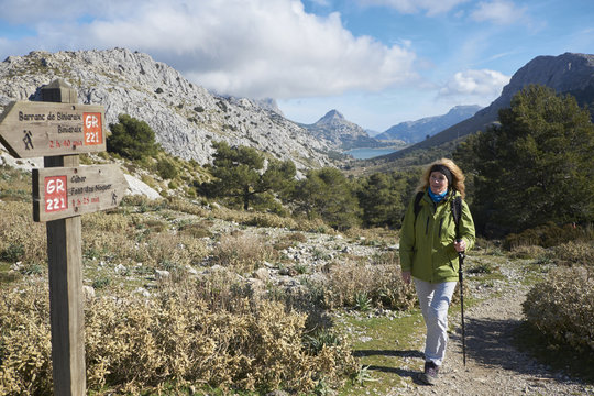 Wanderin am Cuber Stausee,Serra de Tramuntana,Mallorca,Spanien