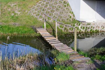 Mały mostek nad kanałem