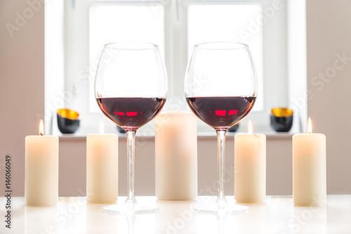 zwei gl ser mit rotwein auf einem wei en tisch vor wei em hintergrund und fenster zdj. Black Bedroom Furniture Sets. Home Design Ideas