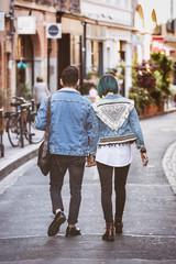 Couple de jeune hipster marchant de dos dans la rue