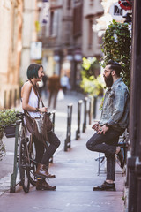 Couple de jeune hipster en pleine discution
