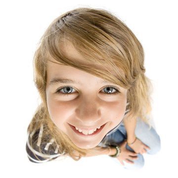caricature sourire jeune fille grand angle