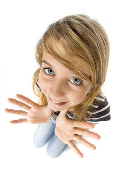Portrait adolescente montrant  les mains
