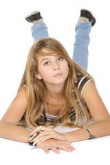 Portrait adolescente désinvolte isolée sur fond blanc