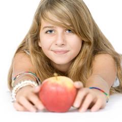 jeune fille avec une pomme