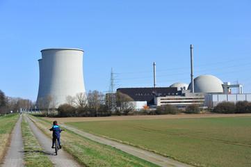 Kühltürme und Reaktorkuppeln eines Kernkraftwerks