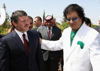 Libya's President Muammar Gaddafi welcomes Jordan's King Abdullah in Tripoli