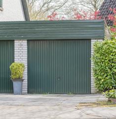 Garage mit einem grünen Tor