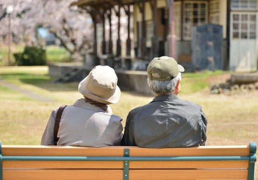 老夫婦・ベンチのカップル