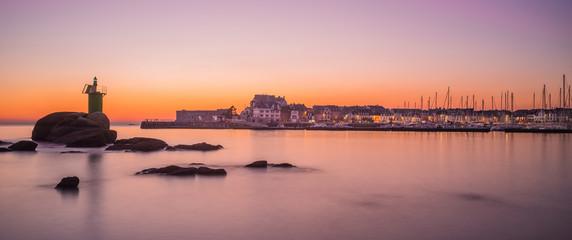 Concarneau en Bretagne avec la port de plaisance en crépuscule - Concarneau in Brittany with the...