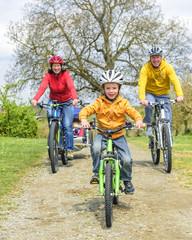 fröhliche Familientour mit E-Bike, Kinderwagen und Mountainbike