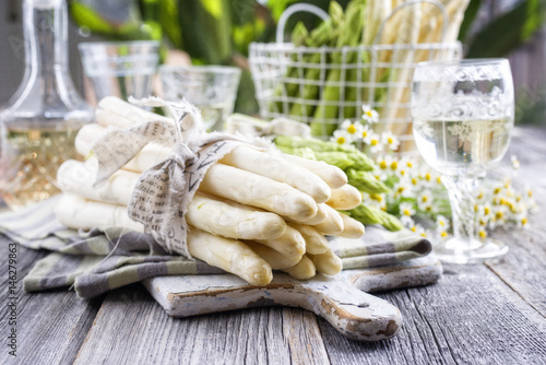 Roher weisser spargelsalat