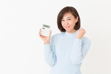 電卓を持つミドル女性 笑顔