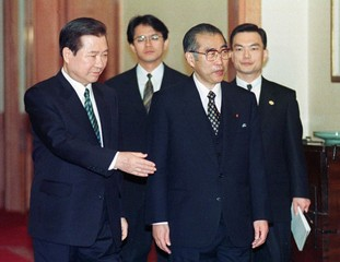 SOUTH KOREAN PRESIDENT KIM AND JAPANESE PRIME MINISTER OBUCHI IN SEOUL.