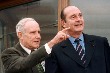 Swiss President Flavio Cotti (L) gestures as his French counterpart Jacques Chirac admires the view ..
