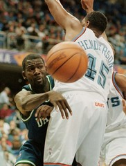 MAVERICKS' MICHAEL FINLEY PASSES AROUND CAVALIERS HENDERSON.