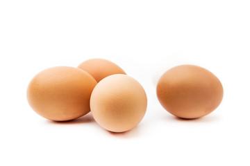 Grupo de huevos morenos con fondo blanco