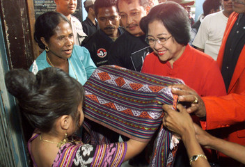 INDONESIA'S MEGAWATI RECIEVES A TRADITIONAL TIMORESE IKAT SCARF IN DILI.