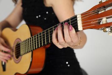 Гитара в женских руках.