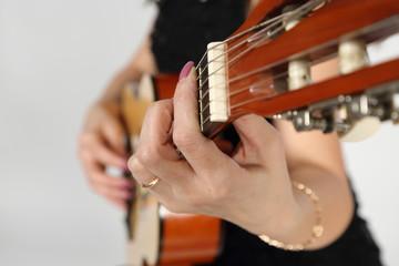 Пальцы на грифе гитары.