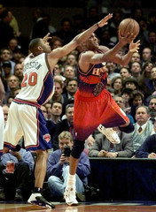 HAWKS SMITH GOES FOR A LAYUP PAST KNICKS HOUSTON.