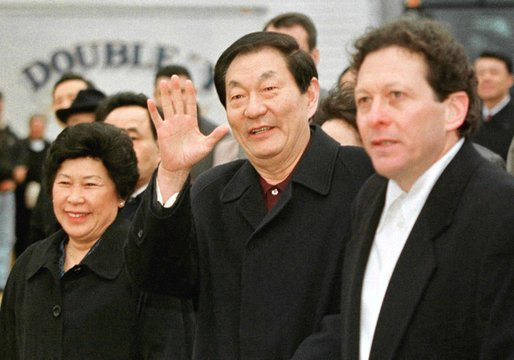 CHINESE PRIME MINISTER ZHU WAVES AT MARELLBAR FARM IN ILLINOIS.