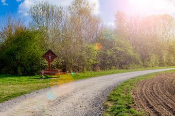 Schotterweg im grünen Landschaft