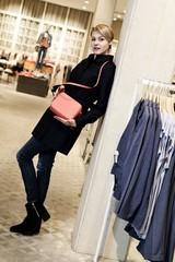 Junge blonde Frau beim Shopping in einem Modehaus
