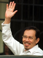 JAILED FORMER MALAYSIAN FINANCE MINISTER ANWAR IBRAHIM WAVES AS HE ARRIVES AT THE HIGH COURT IN ...
