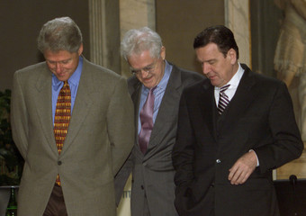 U.S. President Bill Clinton, French Prime Minister Lionel Jospin (C) and German Chancellor Gerhard S..