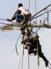 TWO WORKERS OF ELETROPAULO HANG IN THE AIR FROM A 45 METERS TOWER.