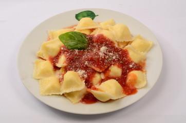 Plato de ravioles con salsa de tomate.