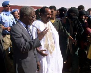 United Nations Secretary-General Kofi Annan (L) talks to  Polisario Front chief Mohamed Abdelaziz (C..