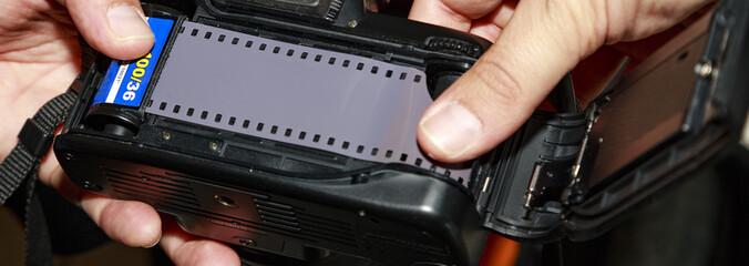 Inserimento rullino in macchina fotografica analogica