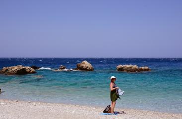 kvinna med hatt, klippor, landsbygd, karpathos, grekland, eu, europa, land, medelhavet