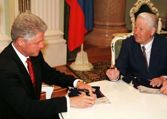 RUSSIAN PRESIDENT BORIS YELTSIN TALKS TO U.S.PRESIDENT BILL CLINTON.