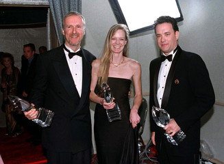 """James Cameron (L), director of the film """"Titanic,"""" and his girlfriend, actress Suzy Amis, who starre.."""